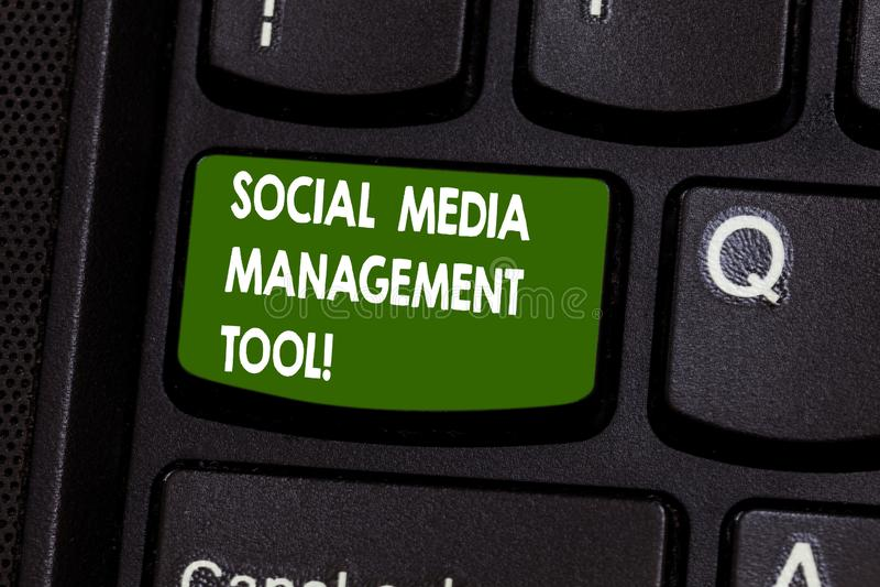 Texte d'écriture écrivant l'outil de gestion social de médias Demande de signification de concept d'analysisage vos réseaux en li images libres de droits