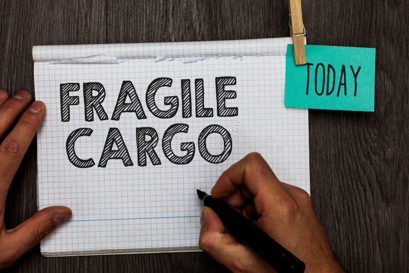 Texte d'écriture écrivant la cargaison fragile La signification de concept cassable manipulent avec le carnet ouvert de marchandi photos libres de droits