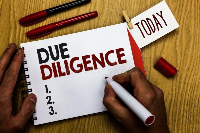 Texte d'écriture écrivant la diligence Concept signifiant l'homme volontaire d'audit d'enquête d'évaluation complète tenant le ma photographie stock