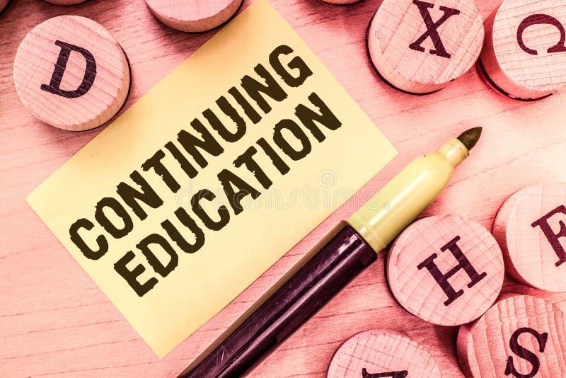 Texte d'écriture écrivant la formation continue Professionnels continués par signification d'étude de concept s'engager dedans image stock