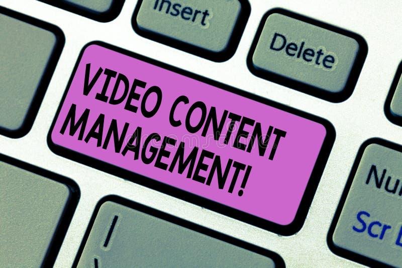 Texte d'écriture écrivant la gestion de contenu visuelle L'évaluation de signification de concept d'un s individuel est réponse à photos libres de droits