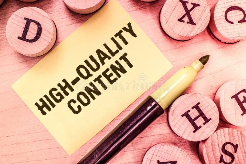 Texte d'écriture écrivant le contenu de haute qualité Le site Web de signification de concept est s'engager instructif utile à l' images libres de droits