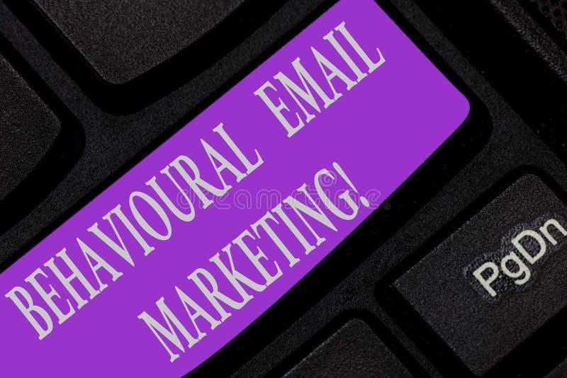 Texte d'écriture écrivant le marketing comportemental d'email Stratégie customercentric de transmission de messages de base de dé photographie stock libre de droits