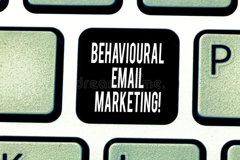 Texte d'écriture écrivant le marketing comportemental d'email Stratégie customercentric de transmission de messages de base de dé images stock