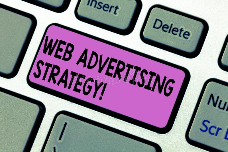 Texte d'écriture écrivant le Web annonçant la stratégie La signification de concept emploie les réseaux sociaux existants pour fa photographie stock