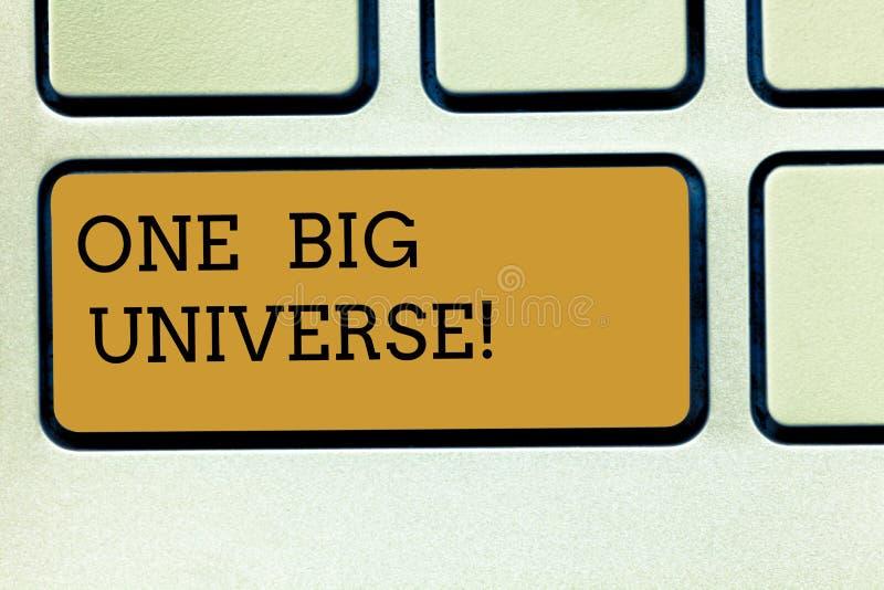 Texte d'écriture écrivant un grand univers Concept signifiant tous les matière et espace existants considérés en tant que clavier photo stock