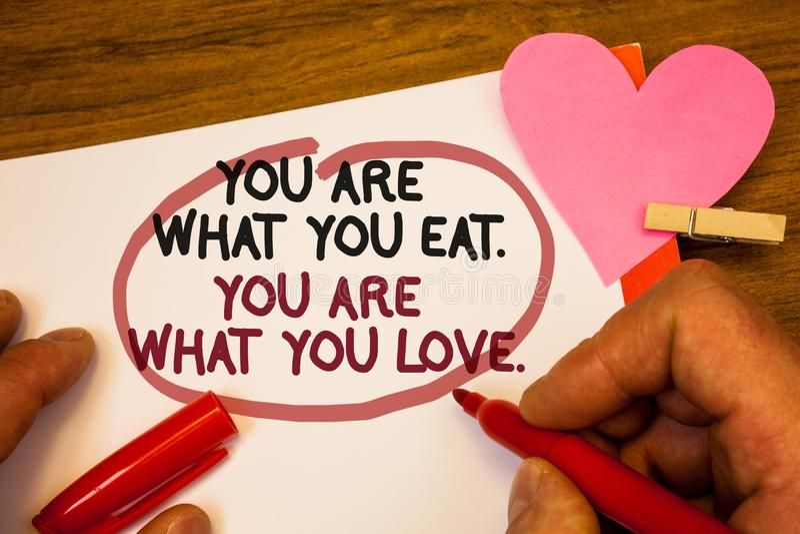 Texte d'écriture êtes vous ce que vous mangez Êtes vous ce que vous aimez Le début de signification de concept pour manger la mai photo libre de droits