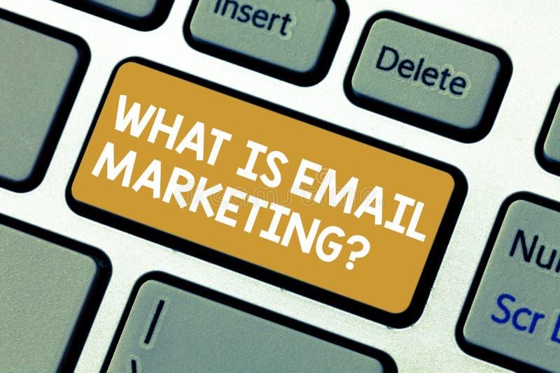 Texte d'écriture ce qui est vente d'email La publicité de signification de concept en envoyant le clavier de promotion de bulleti image stock