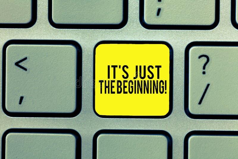 Texte d'écriture de Word ce S est juste le début Concept d'affaires pour commencer seulement le progrès préparant le clavier de b photo libre de droits