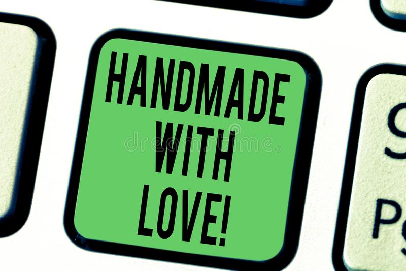 Texte d'écriture de Word fait main avec amour Concept d'affaires pour fait à la main pas par la machine avec la grande clé de cla illustration de vecteur