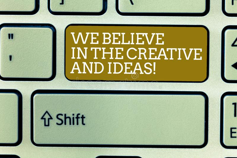 Texte d'écriture de Word que nous croyons en créatif et idées Le concept d'affaires pour ont la foi dans l'innovation de créativi images stock