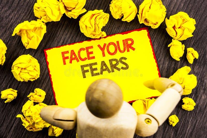 Texte d'écriture montrant à visage vos craintes Bravoure courageuse de présentation de confiance de Fourage de crainte de défi de photos stock