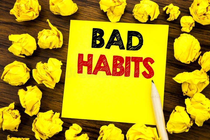 Texte d'écriture montrant des mauvaises habitudes Concept d'affaires pour la coupure Hebit habituel d'amélioration écrit sur le p photo stock