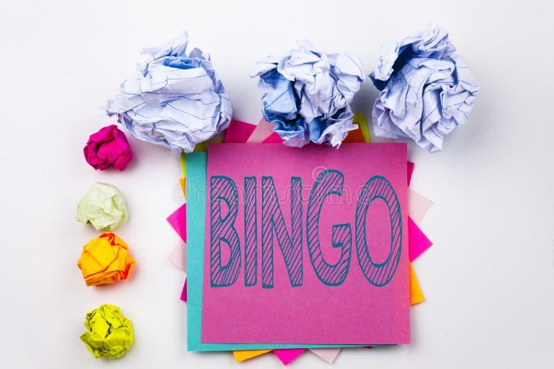 Texte d'écriture montrant le bingo-test écrit sur la note collante dans le bureau avec des boules de papier de vis Concept d'affa photographie stock libre de droits