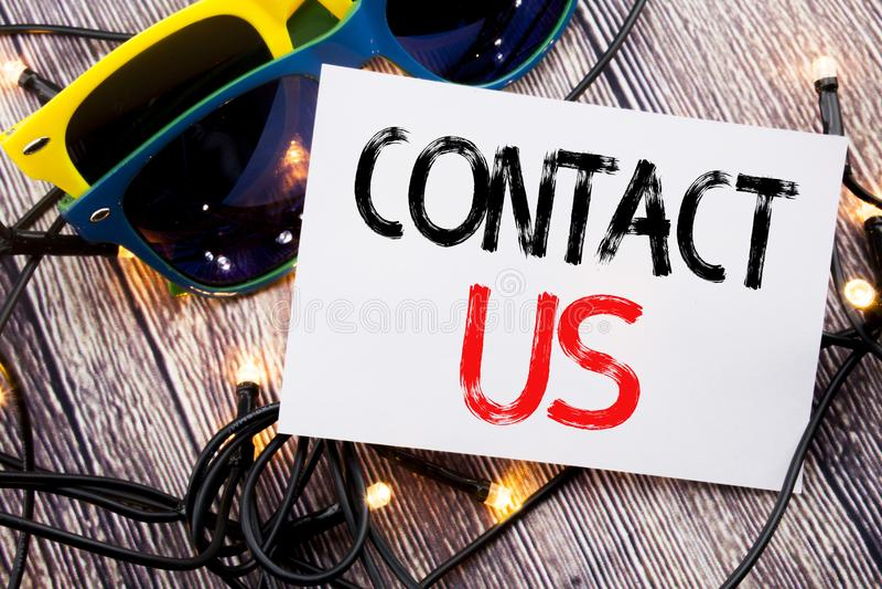 Texte d'écriture montrant le contactez-nous Concept d'affaires pour le support à la clientèle écrit sur la note collante avec l'e photographie stock libre de droits