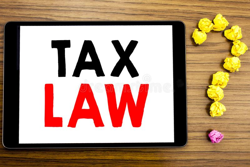 Texte d'écriture montrant le droit fiscal Concept d'affaires pour la loi fiscale d'imposition écrite sur la tablette sur le fond  photos libres de droits