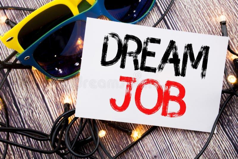 Texte d'écriture montrant le travail rêveur Concept d'affaires pour rêver de la carrière écrite sur la note collante avec l'espac photographie stock