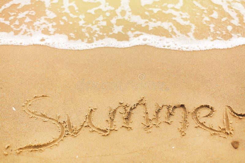 Texte d'été écrit sur des vagues de plage sablonneuse et de mer Détente sur l'île tropicale Concept de vacances d'été Bonjour con image libre de droits