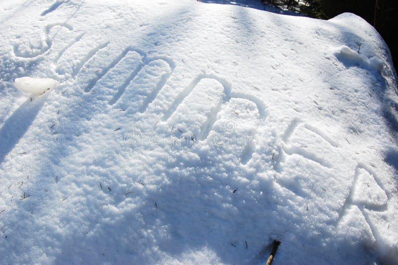Texte d'été écrit sur la neige pour la texture ou le fond - concept de vacances d'hiver Le jour ensoleillé, vue supérieure, netto photo libre de droits
