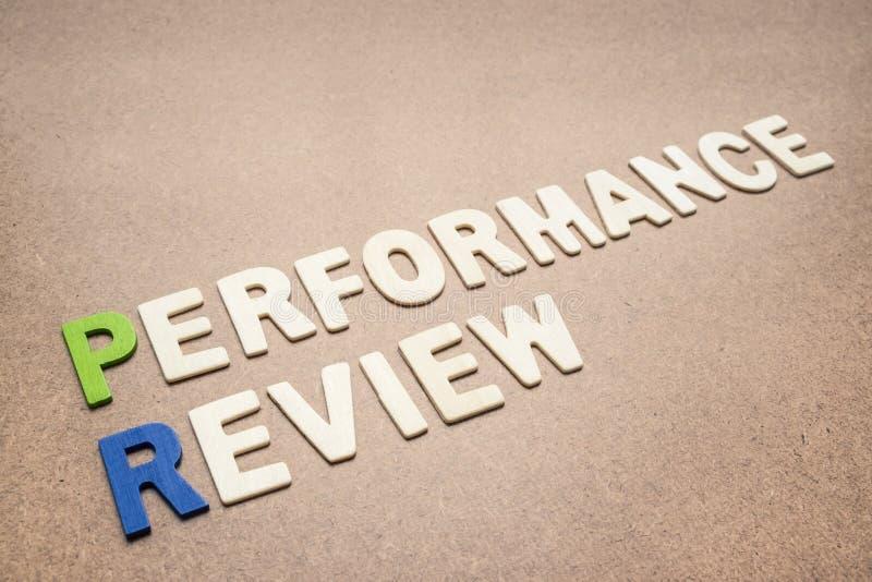 Texte d'évaluation des performances sur le fond brun images stock