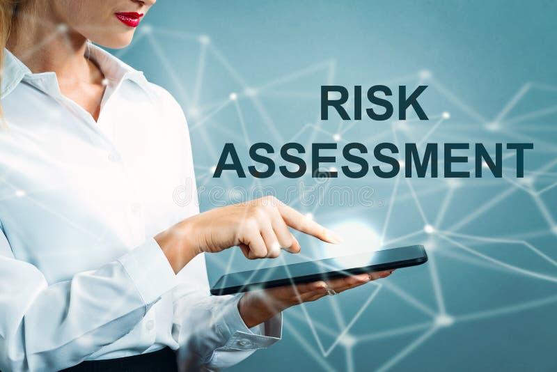 Texte d'évaluation des risques avec la femme d'affaires images stock