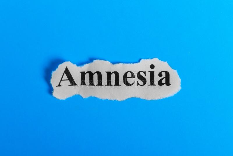 Texte d'amnésie sur le papier Amnésie de Word sur un morceau de papier texte debout de reste d'image de figurine de concept de CO photographie stock libre de droits