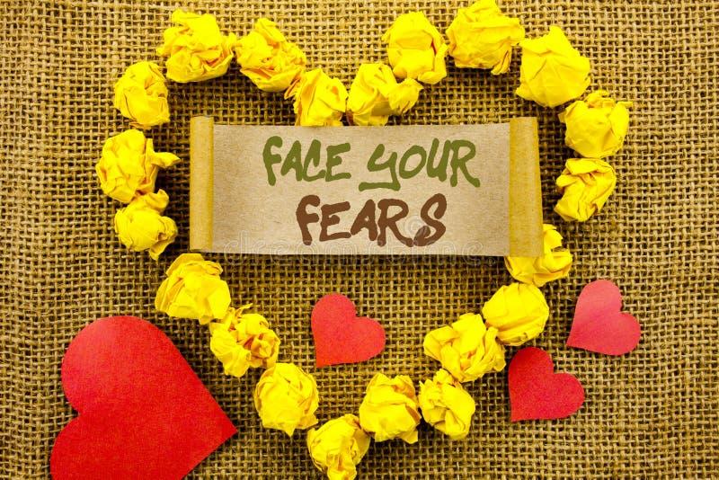 Texte d'annonce d'écriture montrant à visage vos craintes Bravoure courageuse de confiance de Fourage de crainte de défi de signi photos libres de droits