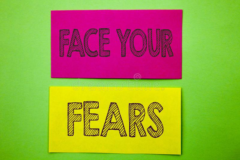 Texte d'annonce d'écriture montrant à visage vos craintes Bravoure courageuse de photo de défi de crainte de confiance conceptuel photographie stock libre de droits