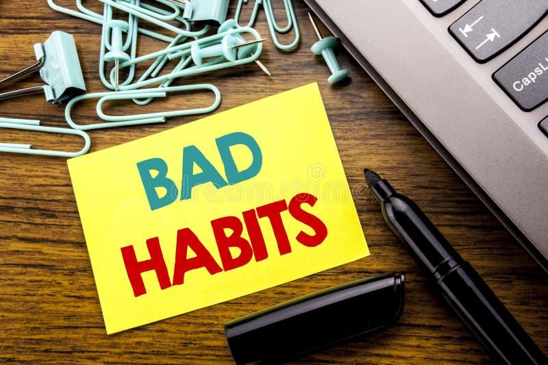 Texte d'annonce d'écriture montrant des mauvaises habitudes Concept d'affaires pour la coupure Hebit habituel d'amélioration écri images stock