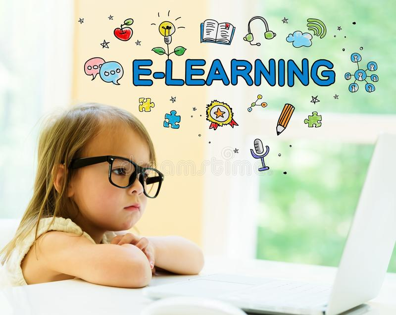 Texte d'apprentissage en ligne avec la petite fille photos libres de droits