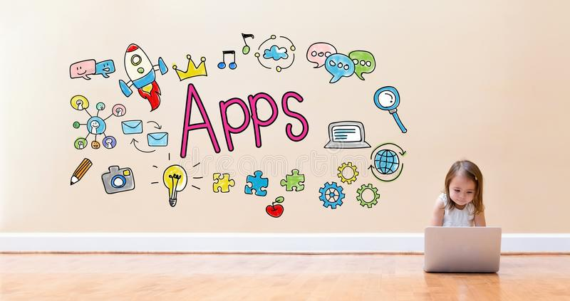 Texte d'Apps avec la petite fille à l'aide d'un ordinateur portable image libre de droits