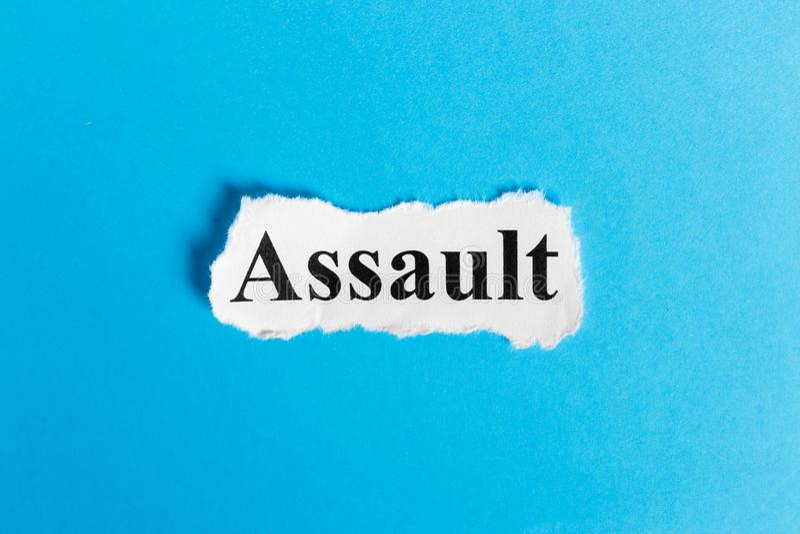 Texte d'assaut sur le papier Assaut de Word sur un morceau de papier texte debout de reste d'image de figurine de concept de COM  photographie stock