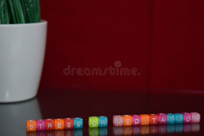 Texte d'effort ou de méditation au bloc en bois coloré sur le fond rouge Bureau de bureau et concept d'éducation image stock