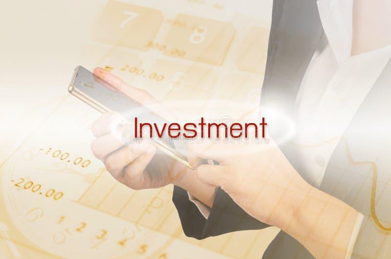 Texte d'investissement et double exposition de femme d'affaires et de financ images libres de droits
