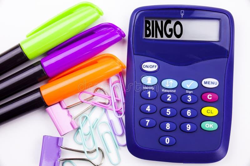 Texte de bingo-test de mot d'écriture dans le bureau avec les environs tels que le marqueur, écriture de stylo sur la calculatric photos libres de droits