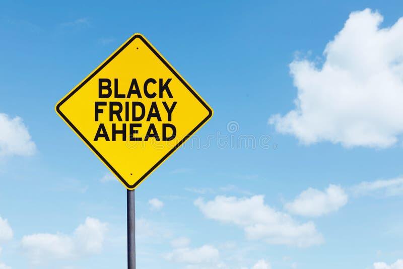 Texte de Black Friday en avant sur un poteau indicateur photographie stock libre de droits