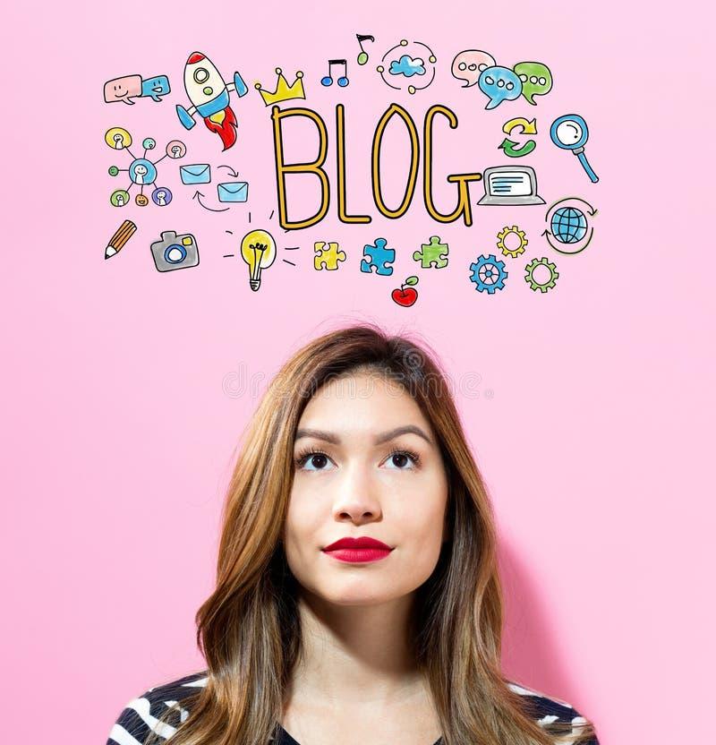 Texte de blog avec la jeune femme photos libres de droits