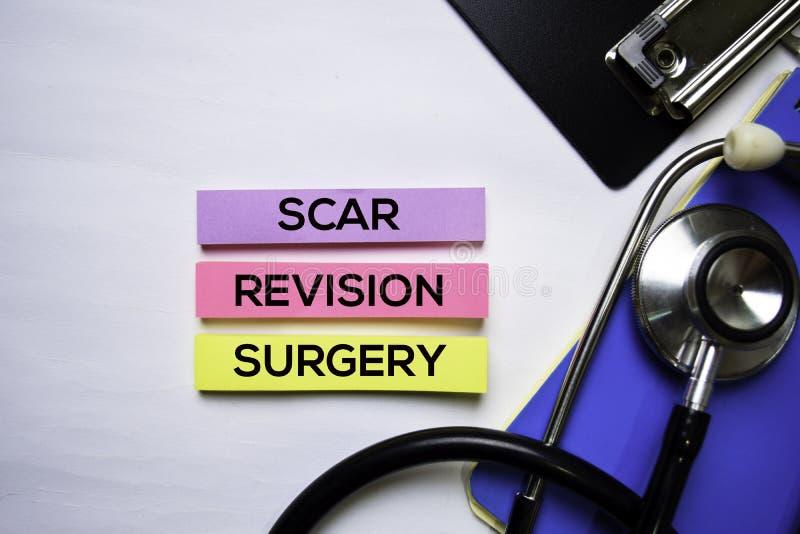 Texte de chirurgie de révision de cicatrice sur la vue supérieure d'isolement sur le fond blanc Soins de sant?/concept m?dical image stock
