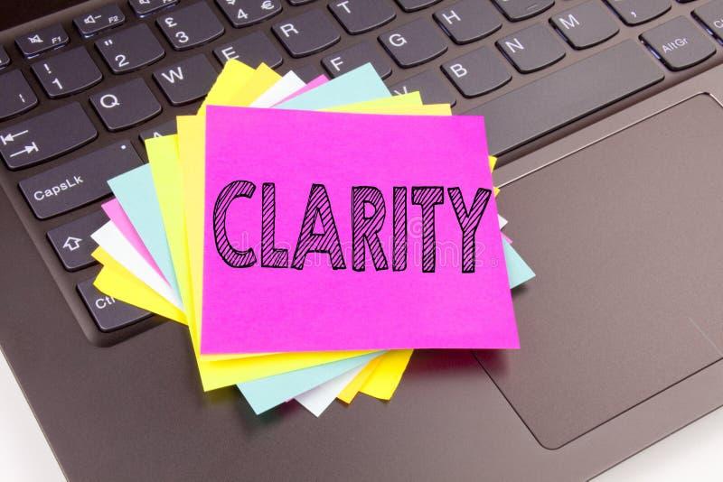 Texte de clarté d'écriture fait dans le plan rapproché de bureau sur le clavier d'ordinateur portable Concept d'affaires pour l'a images stock