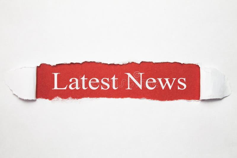 Texte de dernières nouvelles sur le papier déchiré Concept d'affaires photographie stock libre de droits