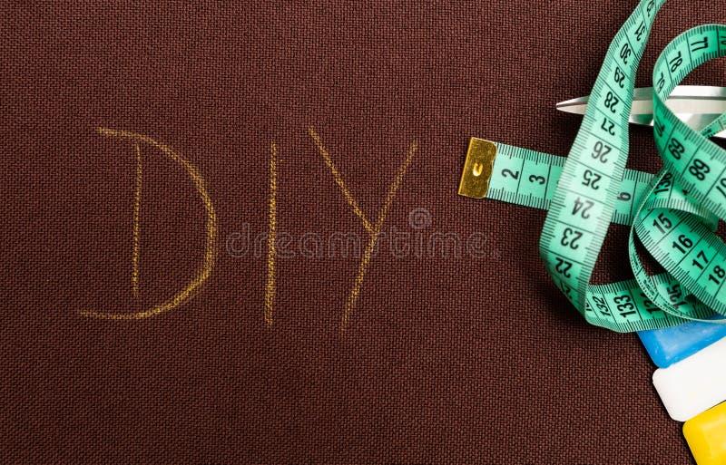 Texte de DIY sur le tissu brun images stock
