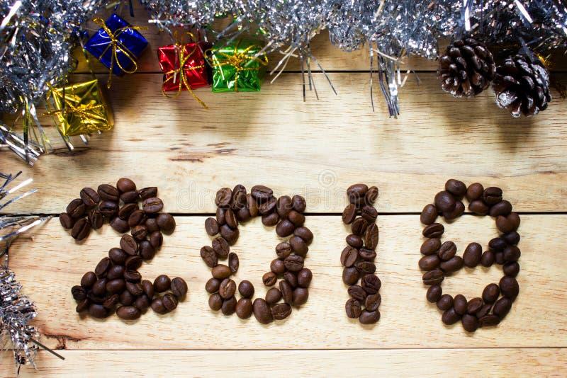 texte 2018 de grain de café sur le fond en bois, concept de nouvelle année photo stock