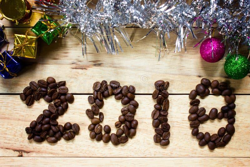 texte 2018 de grain de café sur le fond en bois, concept de nouvelle année image libre de droits