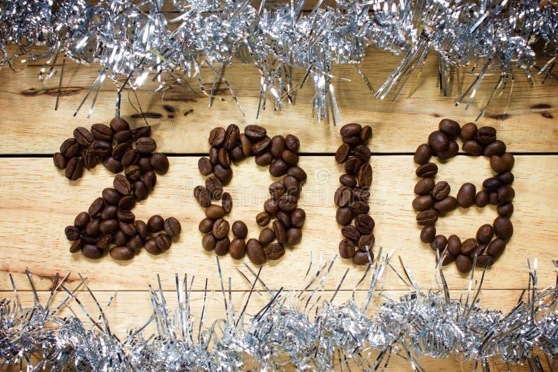 texte 2018 de grain de café sur le fond en bois, concept de nouvelle année photo libre de droits