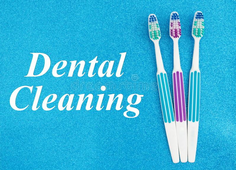 Texte de nettoyage dentaire avec des brosses à dents images stock