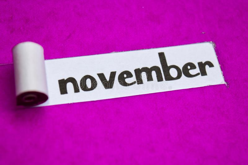 Texte de novembre, concept d'inspiration, de motivation et d'affaires sur le papier déchiré pourpre images libres de droits