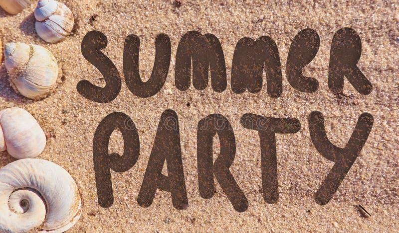 Texte de partie d'été dessiné sur un sable de mer de plage images stock