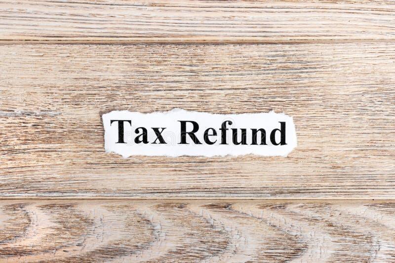 texte de remboursement d'impôt fiscal sur le papier Remboursement d'impôt fiscal de Word sur le papier déchiré texte debout de re images stock