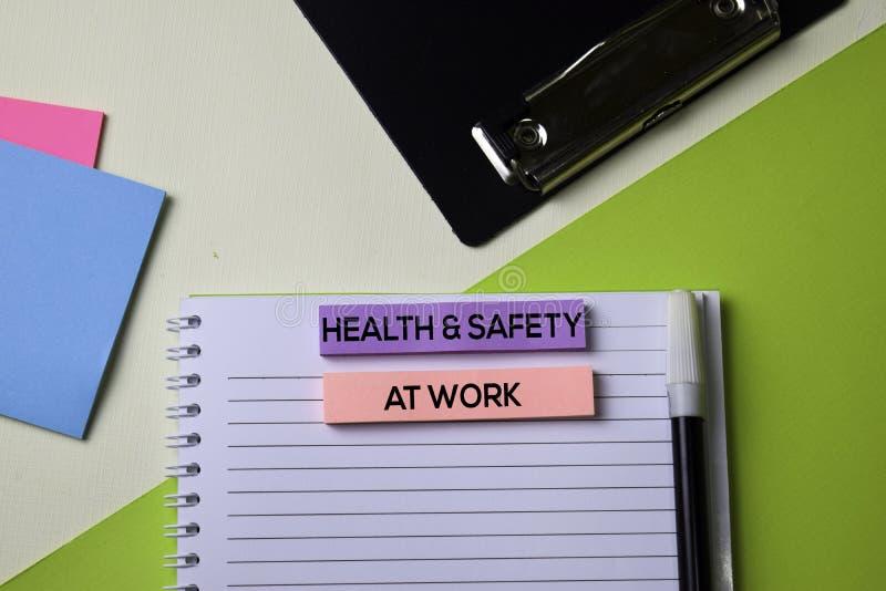 Texte de santé et de sécurité au travail sur la table de bureau de vue supérieure du lieu de travail d'affaires et des objets d'a photos stock