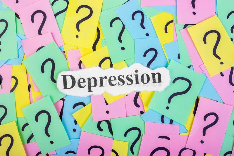 Texte de syndrome de dépression sur les notes collantes colorées dans la perspective des points d'interrogation photographie stock libre de droits